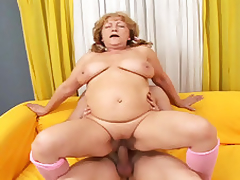 Comme ?a mature babe tune to engulf candy together with immature eternal cock!