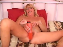 Flirty solo older fucks her cunt with a toy